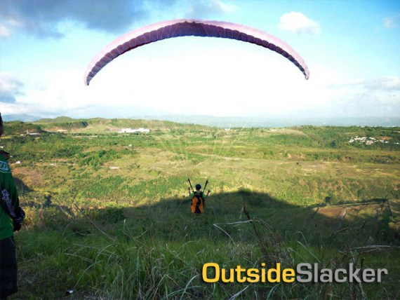 Paraglider launches from antenna hill in Binangonan
