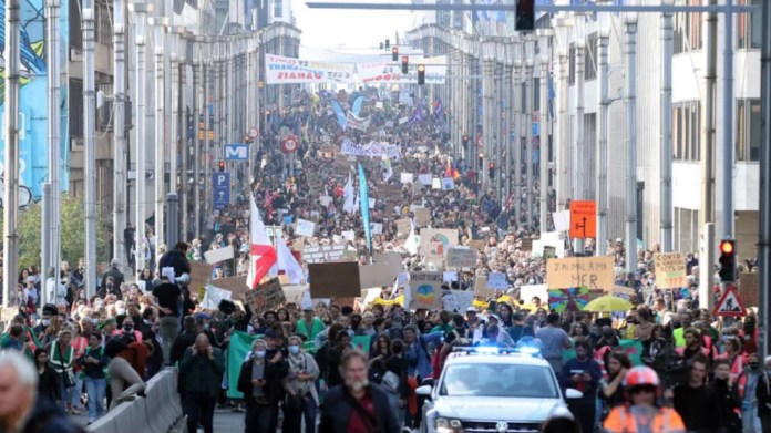 Brüksel'de on binlerce insan iklim için gösteri yaptı