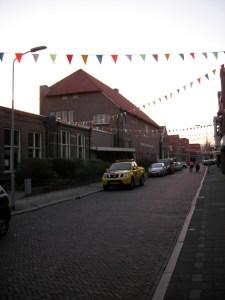 De oude r.k- school aan de Oranje Nassaustraat, die nu volop versierd is.