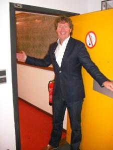 Peter Smit houdt de deur van de brandvrije kluis itnodigend open
