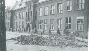 Foto uit het boekje 50 jaar KBO Kwintsheul van de schade na de bominslag in het geboouw van de  Mariastichting in de Heulse Kerkstraat