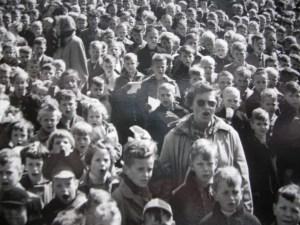 Als er een aubade gebracht moet worden aan de burgemeester is het meester Gijsberts, die de kinderen laat zingen.