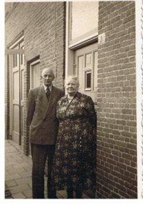 De heer en mevrouw Peters voor hun voordeur op nr. 2