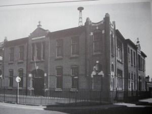 De latere Leonardusschool op de hoek van de Havenstraat en de Dijkweg