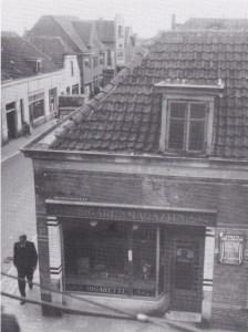 De wandelaar komt de hoek om, waar Jan Hoogstraten vaak zat.