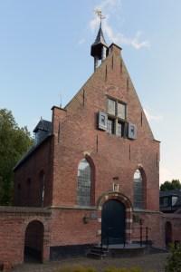 De synagoge vanuit het hofje gezien.