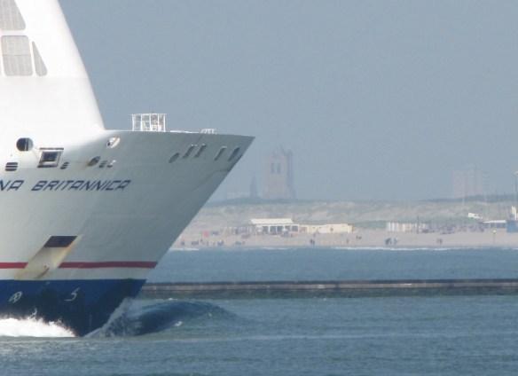 Waterweg vanaf De Beer / Maasvlakte; scheepvaart met Monsterse toren op de achtergrond