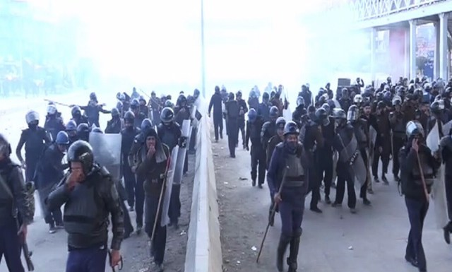 Islamabad operation 'suspended' as thousands of violent protesters take over streets
