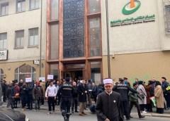 ناروے کی مساجد کے باہر مختلف مذاہب کے لوگوں کا مسلمانوں سے اظہاریکجہتی