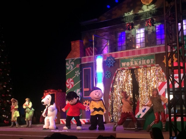 Knotts-Merry-Farm-Tree-Lighting