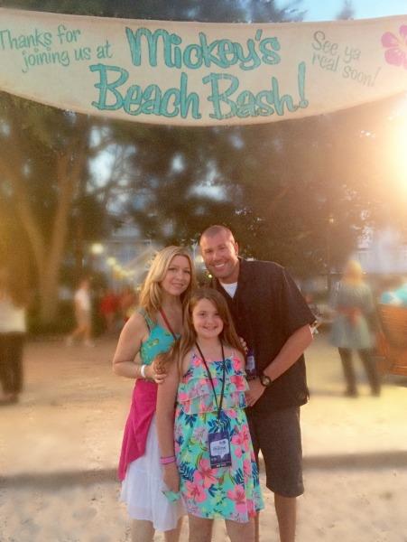 mickeys-beach-bash-family-photo