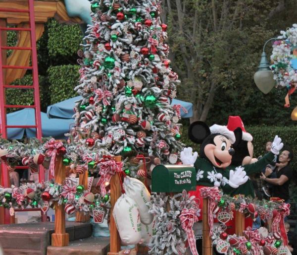 disneyland-holidays-parade-mickey-and-minnie