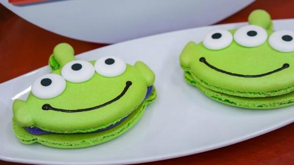 pixar-fest-alien-macarons