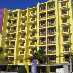 n dit Mykonos Hua hin appartement een klein balkon om buiten te zitten met buiten meubilair met zwembad uitzicht