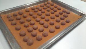 gebakken-pepernoten-op-bakplaat