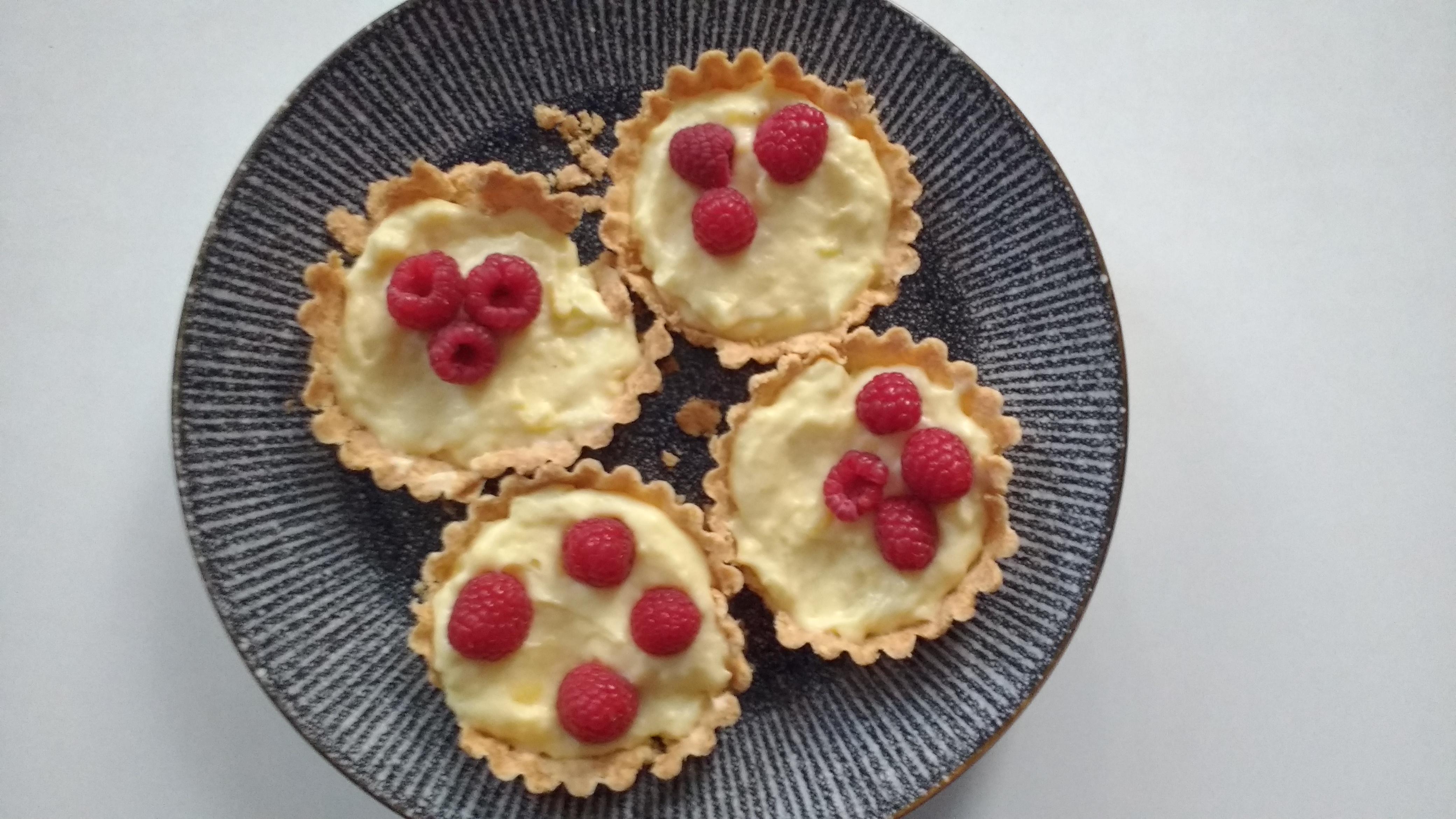 Tartelettes met zwitserse room en frambozen