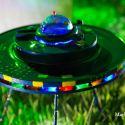 Artísta plástico usa arame para criar esculturas de ETs e discos voadores 1