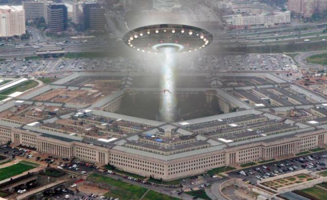 """Pentágono tem """"muito mais vídeos"""" de OVNIs, diz ex-chefe do programa"""