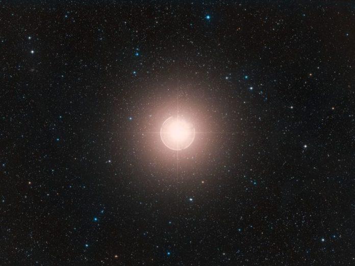 Depois de esmaecer, estrela Betelgeuse intensifica seu brilho