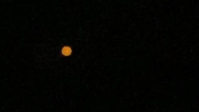 Tom DeLonge compartilha vídeo de luz no céu da Califórnia