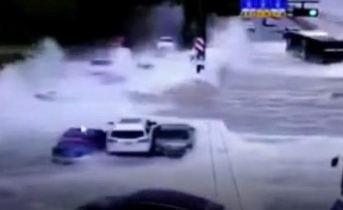 Ondas gigantescas atingem estrada e varrem carros na China