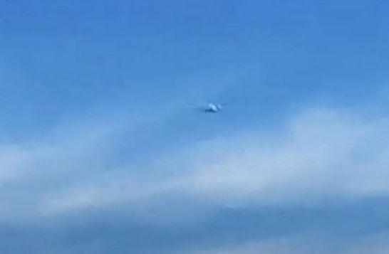 OVNI em alta velocidade é  filmado de um avião de passageiros