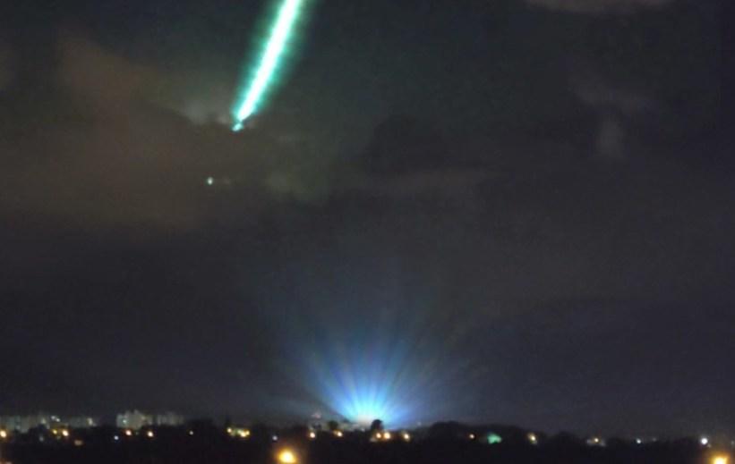 Bola de fogo verde se desintegra no céu perto de Brasília