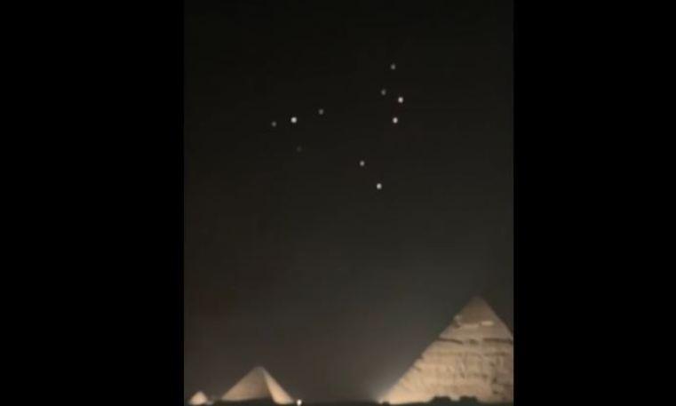 OVNIs aparecem à noite acima das pirâmides do Egito