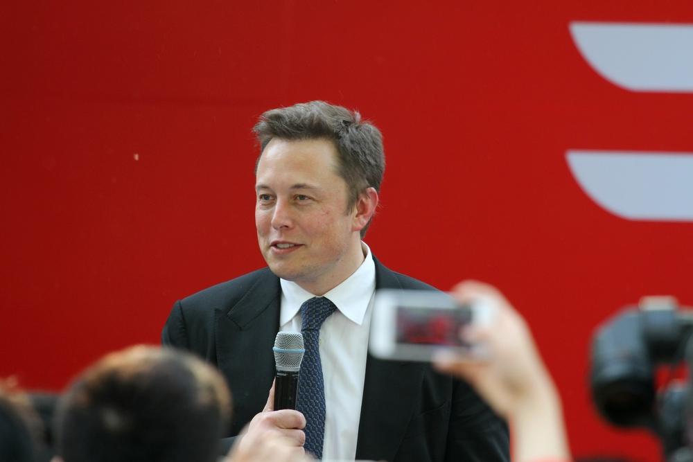 Elon Musk pode estar atraindo extraterrestres para a Terra anéis e um muito azul.