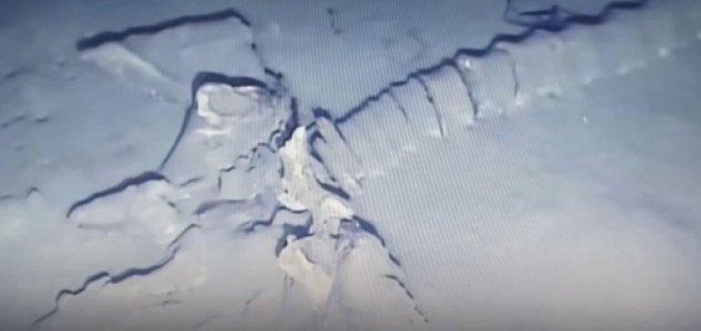 Misterioso esqueleto de criatura gigante é filmado no fundo do oceano