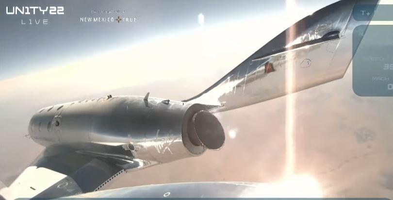 Bilionário Richard Brenson alcança a borda do espaço