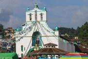 San Cristobal, San Juan Chamula: Bunt geschmückt ist die katholische Kirche Zeremonienstätte für uralte Maya Rituale