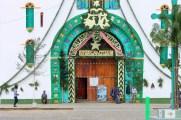 San Cristobal, San Juan Chamula: Das schöne Portal der Kirche mit den Wächtern und Ticketverkäufern