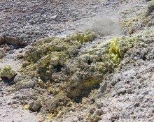 Neuseeland, Wai-O-Tapu: Ausblühungen mit Schwefelkristallen