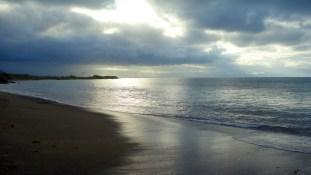 Galápagos, Floreana, Punto Cormorant: Dramatische Stimmung durch das Wolkenspiel an der Green Bay