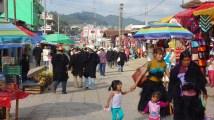 San Cristobal, San Juan Chamula: Schon auf dem Weg zu Kirche und Markt herrscht reges Treiben