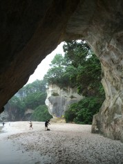 """Coromandel, Cathedral Cove Bay: Blick aus der Kathedrale auf """"The Laughing Face"""""""