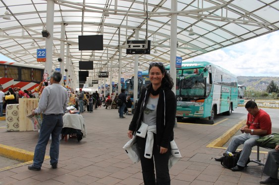 Warten auf den Bus in Quitumbe nach Papallacta