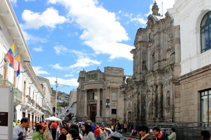 """Die Via Garcia Moreno wird wie die gesamte Innenstadt am Sonntag zur Fussgängerzone. Blick auf die Nationalbank und die Jesuitenkirche """"Inglesia de la Compañía de Jesús"""""""