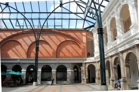 Das Museo Centro Cultural Metropolitano in Quito mit seinem überdachten Patio behergt zur Zeit eine umfassende José Unda Ausstellung