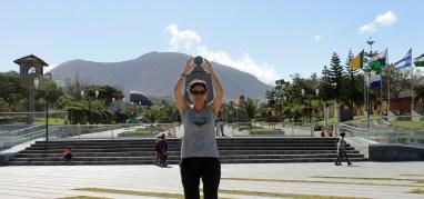 Otti vor dem offiziellen Äquatordenkmal im Norden von Quito