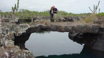 Galápagos, Santa Isabela, Los Tuneles: Das obligatorische Foto auf der Lavabrücke