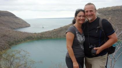 Galápagos, Tagus Cove: Gemeinsam vor dem Lake Darwin (im Hintergrund ankert unsere Yacht La Pinta)
