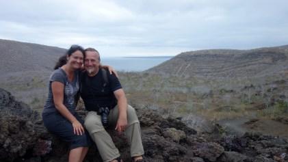 Galápagos, Tagus Cove: Pärchenbild vor dem Lake Darwin mit Blick auf die Tagus Cove.