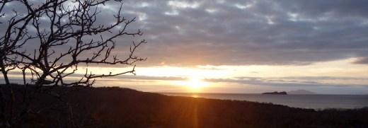 Galápagos, Santa Cruz, Cerra Dragone: Sonnenuntergang mit Blick auf Isla Rabida und Isla San Salvador