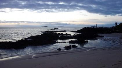 Galápagos, Santa Cruz, Cerra Dragone: Eindrucksvolle Abendstimmung bei einsetzender Dämmerung auf dem Rückweg zur La Pinta
