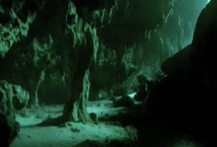 Mexiko, Tulum, Cenoten Tauchen: Glasklares Wasser in der Tiefe und das Licht von oben beleuchtet die Kavernen der Cenote Car Wash