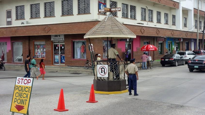 Belize - Guatemala: Polizeikontrolle in Belize City - eher proforma als aktiv