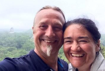 Guatemala, Tikal: Selfie im Morgengrauen vom Tempel 4 über dem Dschungel