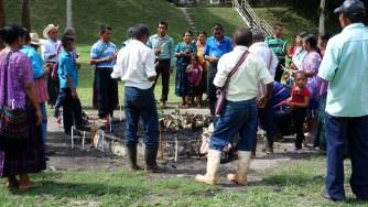 Guatemala, Tikal, Maya-Zeremonie: Die Curanderos (Schamanen) bereiten die Zeremonie vor. Kerzen und Opfergaben werden angeordnet